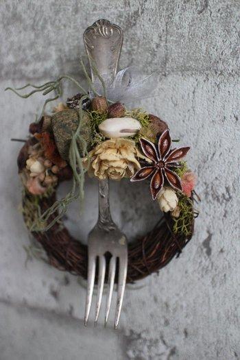 アンティークのフォークが印象的なミニリースは、キッチンの飾りにぴったり。アニスや木の実など、自然のユニークな形を活かしたアクセントが可愛い♪