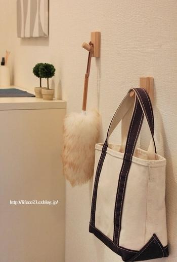 お掃除用品、バッグ…ちょっとしたものを掛けられる小さなフックは、欲しい場所にどこにでもつけられて便利です。