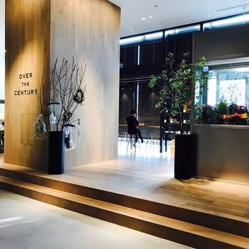 2017年2月にグランフロント大阪にOPENした「OVER THE CENTURY」は、アパレル・雑貨・花・カフェなど日々の暮らしを少し豊かにしてくれるキュレーションストアです。