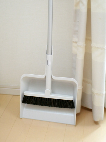このように組み立てて使えば、ほうきとちりとりもにも。シンプルで使いやすい工夫がいっぱいで、お掃除が楽しくなりそうですね。