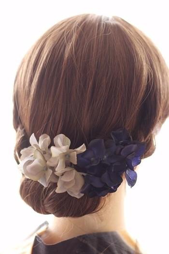 紫陽花をモチーフに作られた浴衣に映える髪飾り。大人っぽい低めの位置のまとめ髪に良く合います。