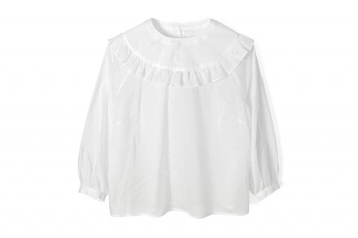 やっぱり白はダントツの爽やかさ!透けやすいのでキャミソールなどのインナーは必須ですが、涼しげで清潔感があるのでデニムと合わせてもフェミニンさを失わずに着こなせます。
