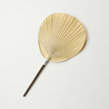 シンプルな形と和紙そのものの質感が美しい「渋うちわ小丸」は、うちわの産地熊本県の来民で作られています。手漉き和紙に柿渋を引いた昔ながらの製法で作られているため、大変丈夫なつくりになっています。