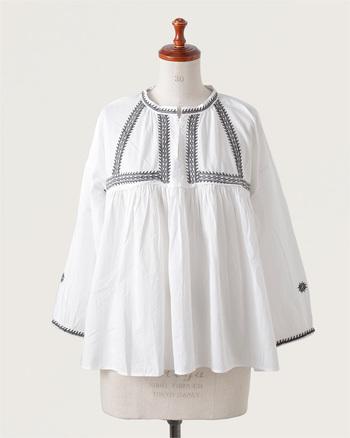 トレンドの刺繍ブラウスも素敵です。白は一枚持っているとどんなボトムスとも合わせやすいのでおすすめです♪