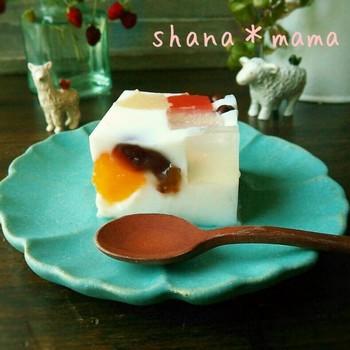 鹿児島発祥の氷菓としておなじみの「白くま」は、かき氷に練乳をかけ、缶詰のフルーツや小豆餡をトッピングしたものですが、こちらはそんな白くまをミルク寒天で再現したスイーツです。見た目にもカラフルで可愛い!