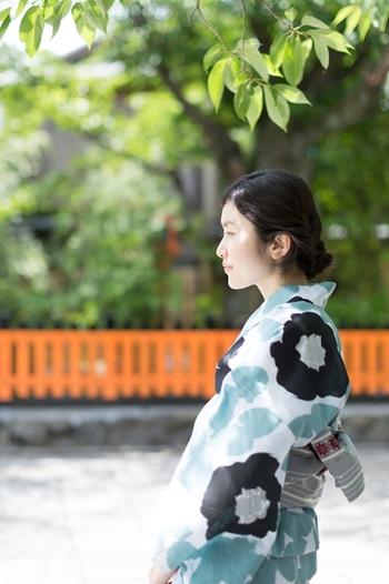 日本の伝統的な夏ファッションといえば、見た目も着心地も涼しい浴衣。こちら『SOU・SOU』の浴衣「優 水縹(みずはなだ)」は、現代風のモダンさを兼ね備えた涼しげなデザイン。水縹とは、藍染の薄い色(水色)を意味します。