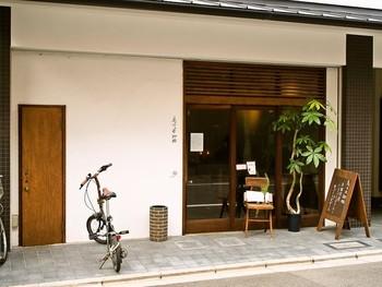 """京都らしい""""和""""な外観の「鳥の木珈琲」は、鳥が集う木のように、そっと羽根を休められるようなカフェにと名付けたそうです。 店内は、その名の通り、アンティークな雰囲気のインテリアが、くつろぎの空間を創り出しています。"""