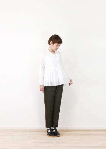 ふんわり広がる裾が上品なイメージのブラウスは、パンツであわせるとカジュアルな印象に。足元はクラシックなイメージにしてバランスをとって◎