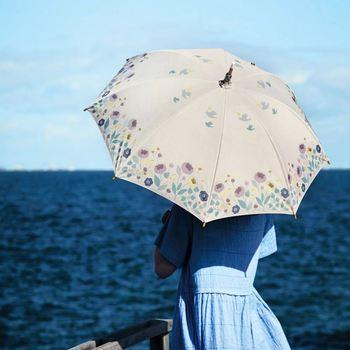 大人っぽいベージュにシックな花柄やコトリがプリントされた日傘。雨の日も使えて、機能性もばっちりです。