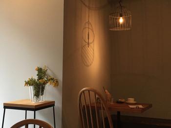 白を基調としたナチュラルな空間の「Cafe ecru」には、柔らかく穏やかな空気が流れています。こちらのコーヒーは神戸三田の「マルズコーヒー」の珈琲豆を、紅茶は「amsu tea」の茶葉を使うコダワリです。