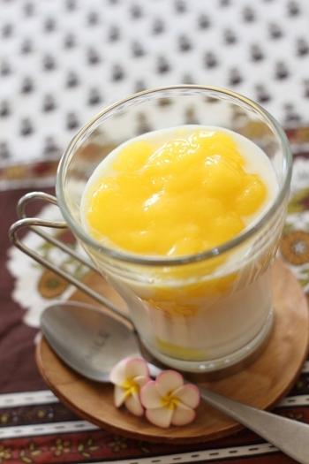 飲むヨーグルトで作る簡単ラッシーです。缶詰のマンゴー・レモン汁・氷をミキサーにかけてピューレにし、飲むヨーグルトを注ぐだけ。ほかのフルーツを使っても美味しくできます。