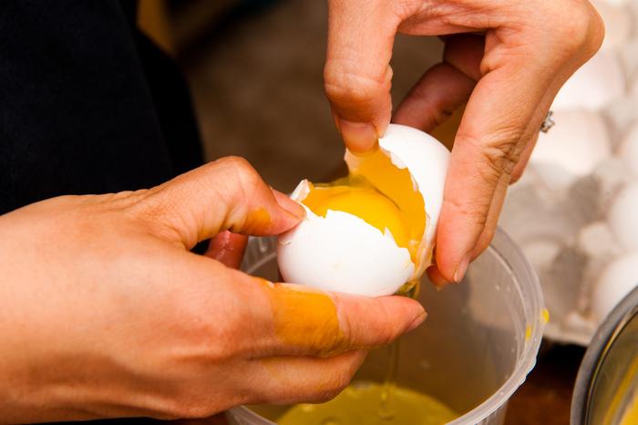 砂糖と卵白をツヤが出るまで混ぜて作るアイシングクリームは、一から手作りするとなかなか大変。水に溶かすだけで手軽にクリームになるアイシングシュガーパウダーが便利です。