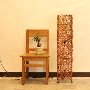 つるの作り出すランダムな網目と高さのある直方体のバランスが好対照なランプ。リビングに寝室に、存在感を発揮するスタンドです。