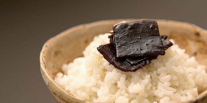 もともと小豆島では塩づくりが行われており、それが発展して、醤油づくりも盛んに行われています。小豆島には「醤の郷(ひしおのさと)」という、醤油や佃煮を作る工場が集まっている観光地もありますよ。