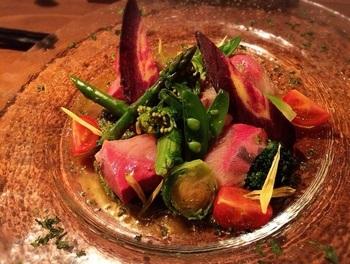 「春野菜とブリのカルパッチョ ジェノベーゼソース」。分厚いブリと力強さのある野菜が引き立てあって♪