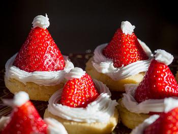 ヘタを外したイチゴをクッキーに乗せて、ホイップクリームなどで飾り付けするだけで、可愛いサンタ帽子の出来上がり。