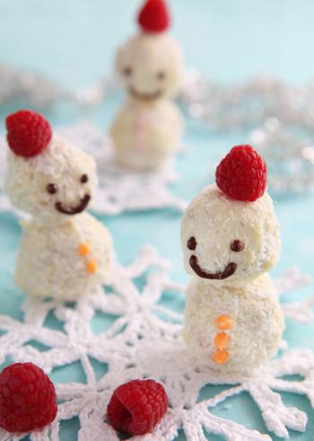 こちらは市販のクッキーを砕いてクリームチーズと混ぜて形にし、ホワイトチョコレートでコーティングした後、ココナッツパウダーをまぶして作る雪だるまです。ラズベリーの帽子が愛らしい、簡単な材料なのに完成度が高いスイーツ。ケーキに飾れば子どもたちの取り合いが始まりそうです。