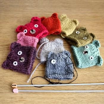 「手仕事」を大切にするミニラボが定期的に制作している「指人形」。 どれひとつ同じものがない、手作りならではの愛らしい表情です。ひと編みひと編み、丁寧に編まれていることが伝わりますよね。