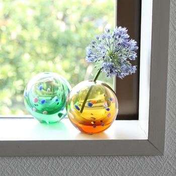 コロンとした可愛らしい丸い花瓶は、手まりをイメージして作られています。夏らしいカラフルな一輪挿しは、窓辺に飾って光の反射も楽しみましょう。