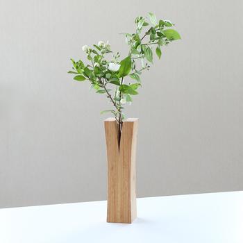 竹を組み合わせた竹集成材でつくられた花瓶「LIN」。真ん中の開いた部分から植物が生えているように見えるユニークな花瓶です。