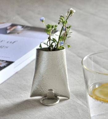 アレンジメントが苦手な方も、アートな花瓶を使えば簡単にお洒落な仕上がりに。シルバーカラーが涼しげなこちらの本錫製の花器は、抗菌性があるため、切り花が長持ちするそう。