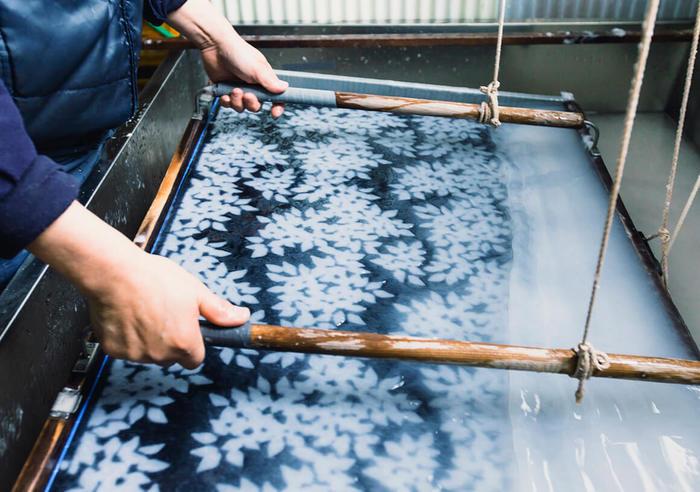 こもれびを作ってくれる和紙は越前和紙を使用。透かしは一枚一枚手漉きで丁寧に作られています。