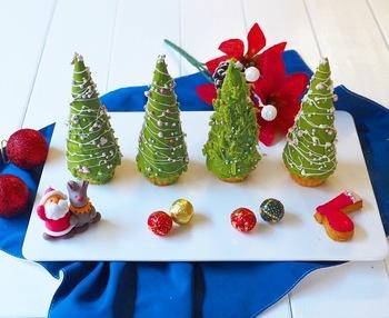 アイスクリームのコーンの中に抹茶レアチーズケーキを入れて、周りを抹茶チョコでコーティングして作るクリスマスツリーです。カラフルなアラザンなどのトッピングをあしらえば、たまらなく可愛らしいツリーに。思わずサンタやトナカイの砂糖菓子やアイシングクッキーと並べてみたくなりますよね。