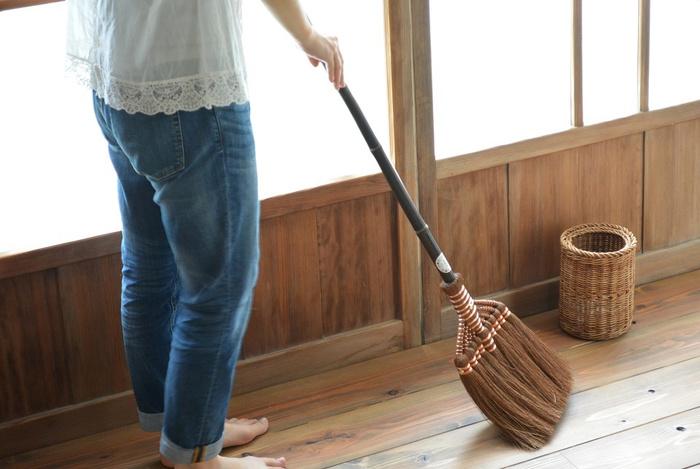 全長120㎝ほど。長ぼうきは、かがむ必要なく、気軽に掃き掃除ができます。 画像は山本勝之助商店の「長柄箒(ながえぼうき)」。素材は、一枚の棕櫚(しゅろ)皮から数本しか取れない貴重な繊維「鬼皮」で、繊維に含まれた油分が、ワックス効果をもたらしてくれる優れものです。