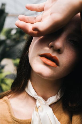 最後はリップメイクです。 オレンジも色味によって雰囲気が変わるので、肌の色や服装に合わせて選びましょう。