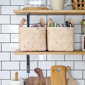 こちらは、正方形が珍しいフィンランドのVERSO DESIGN(ベルソ・デザイン)社のかご。白い木肌が美しい白樺で作られていて、革の持ち手がワンポイントになっていてとってもオシャレ!こんな風にキッチンの棚に並べて、細々とした小物やクロスもすっきりと収納することができます。