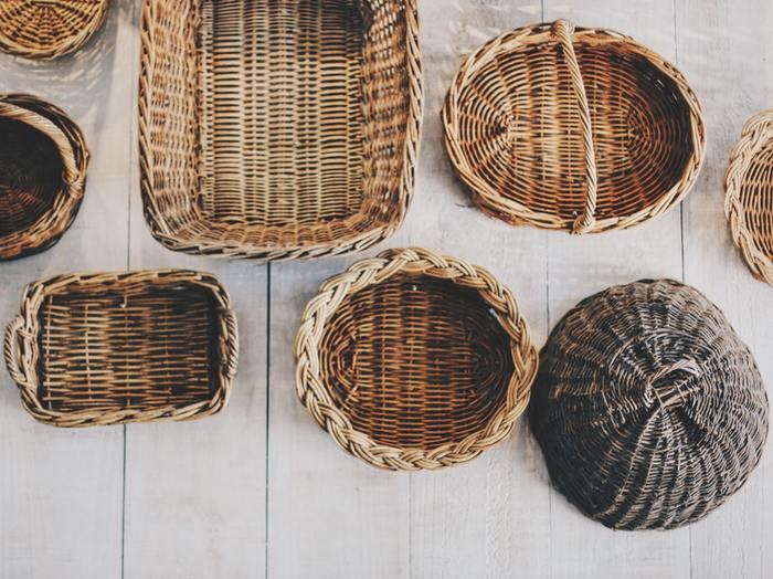 自然素材でできた『かご・バスケット』。籐や白樺、樹皮や竹…その素材はさまざまですが、無機質な金属などにはない自然のぬくもりが魅力。お部屋に一つあるだけで、ほっこりとした温かな雰囲気を演出してくれますよね。