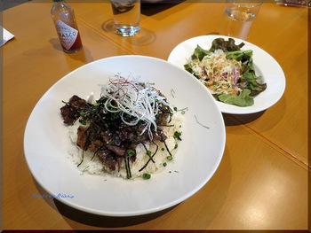 ランチや築地から仕入れた新鮮な食材を使った料理もありますよ。