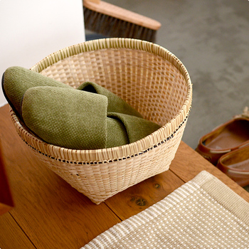 玄関は、最初にお客様をお迎えする大切な場所。ナチュラルなかごを温もりを演出してみませんか?こちらはインドネシアのバリ島で作られた、バリバンブーの角底のバスケットです。美しい細かな編み目と、しっかりした作りが魅力の竹かごはスリッパなどを無造作に入れても安定感バツグンの頼れる存在です。