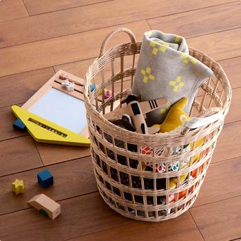 子供部屋のおもちゃの収納にも、やさしい天然素材のかごがぴったりです。あまり細かく分けてしまうと、難しくなってしまう収納…こんな風に大きめのかごにざっくりと収納することで、お子さんでも簡単にお片付けの習慣が身につきますね。