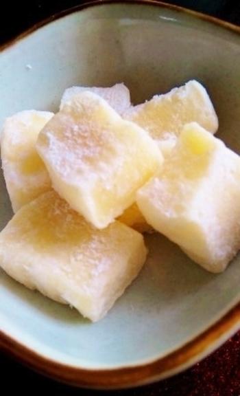 秋田で有名なバター餅を切り餅で簡単に作れるレシピです。出来立ては柔らかいので冷蔵庫で冷やしてから切る&切った表面には片栗粉をまぶすのがコツだそう。