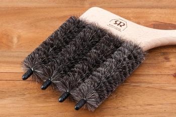 ブラインド掃除に代用できるものはいくらでもありますが、一気に何本ものブラインドを効率よく掃除できる点で、こちらに軍配が。 ふだんのお手入れは、汚れを振り払い、奥に入ったホコリを歯ブラシなどでこすり出すだけ。
