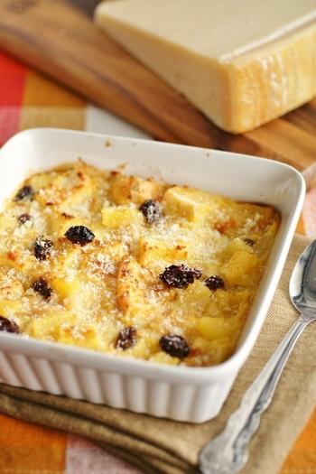 パイン缶詰&レーズンの甘さとパルミジャーノ・レッジャーノの塩気は、まさに甘じょっぱさを楽しむ組み合わせ。デザートにはもちろん、甘さを控えめにすれば主食にもなるパンプディングです。