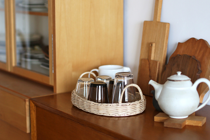 よく使うグラスや湯呑はまとめてかごの中へ。バスケットトレイにグラスを並べると、一目で見渡すことができ、欲しいときにスッと取り出せます。こちらのmoilyのオーバル型のトレイには、カンボジアとベトナムで取れる「ラペア」という籐の一種が使われています。
