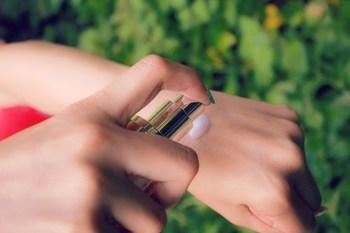 化粧下地は、艶が出やすいパール入りタイプを選びましょう。 薄く肌に伸ばしたら、指の腹で優しくポンポンと叩き込んで馴染ませます。