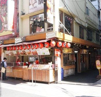 大阪でたこ焼きといえば「わなか」。観光客だけではなく、地元客にも愛されている定番のたこ焼き屋さんです。大阪各地に店舗がありますが、はじめはぜひ、難波・千日前にある本店を訪れてみて。