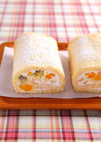 いろいろなフルーツとヨーグルトクリームを巻き込んで作るロールケーキのレシピです。水切りヨーグルトを使ったクリームは生クリームより口当たりがさっぱりしていて、フルーツとの相性も抜群です。