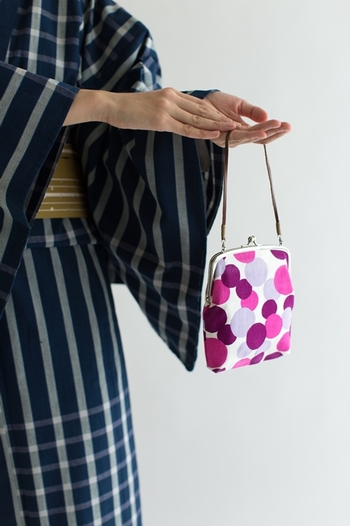 どんな柄の生地も、ジャパニーズライクに見せてくれる「がま口バッグ」は浴衣にぴったり♪持ち手の紐を付け替えれば、肩がけのポシェットにもなって持ち歩きにも便利。