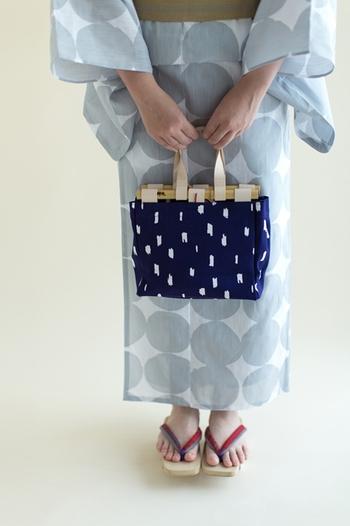 持ち手に竹又謹製の竹と本革を使用した、SOU・SOUのオリジナルバッグ。浴衣や和装に合わせやすい布製バッグは、手元にひとつ持っておきたいですね。