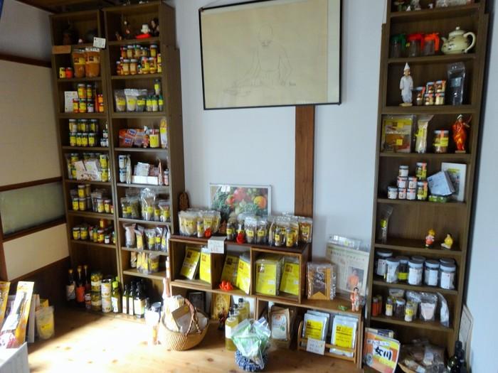 「アナン邸」は、貴重なスパイスを買えるお店です!カレーのスパイスから、チャイの紅茶やスパイスソルトなど、とっても豊富な品揃えです。
