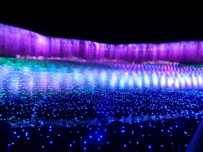 紫の光がこぼれる、ナイアガラの滝。