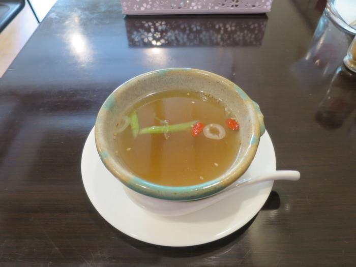 クコの実をはじめ野菜の旨みが凝縮された薬膳スープは、夏の疲れた五臓六腑に染み渡る優しいお味。テーブルに置かれているミックススパイスをプラスして、自分好みに色々楽しみながら飲んでいただきたい優しいスープ。美容のためにも是非頂いておきたい一品です。