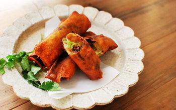 トローリとけたお餅にピリ辛の肉みそが相性ばっちり。ビールが進みそうです。レタスの代わりに、大葉やチーズを巻いても美味しそう♪