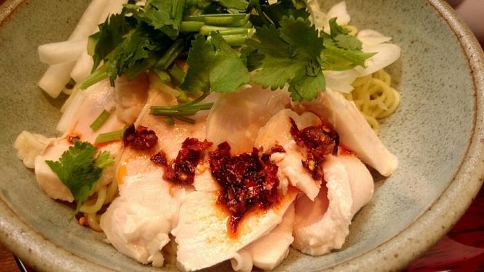 麻婆豆腐の他にも、よだれ鶏の中華麺もあります。やわらかジューシーな鶏肉と、このタレが本当に美味しい!麺にしっかり絡めて召し上がれ。