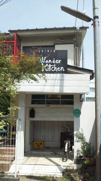 御成り商店街から市役所方面に抜ける小路にあるのが、秘密の隠れ家的な人気店「ワンダーキッチン」です。
