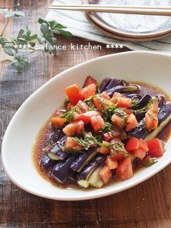 夏野菜をたっぷり使った、レンジだけで作れるお手軽時短メニュー。ナスとトマト、大葉の彩りが食欲をそそります。冷蔵庫で冷やしてからいただきましょう。